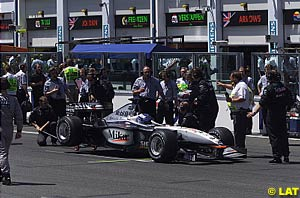 Mika Hakkinen failing to get away on the formation lap